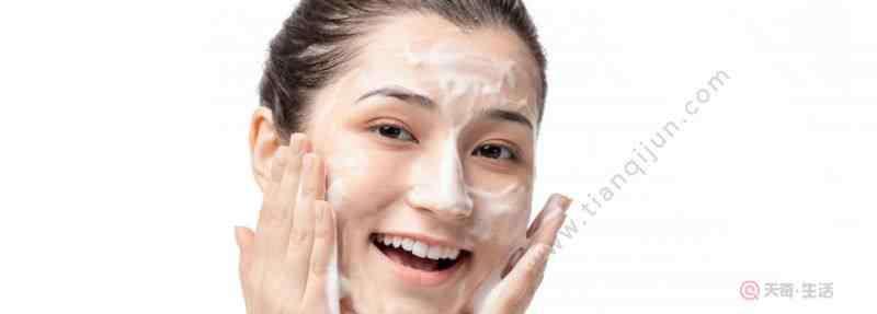 洗面奶打出泡沫技巧 洗面奶用法小技巧 如何用洗面奶