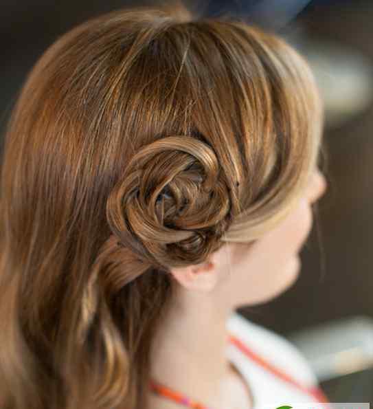 一朵玫瑰花图片 长卷发怎么扎好看?编一朵玫瑰花最浪漫