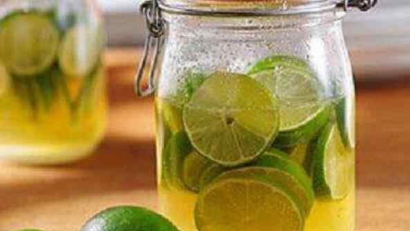 喝柠檬水的好处与坏处 喝柠檬水的好处与坏处 柠檬泡水喝有什么好处和坏处