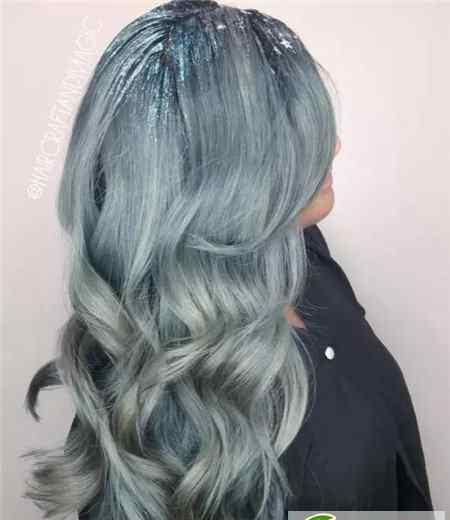 深蓝色配什么颜色好看 染什么蓝色发色好看 牛仔蓝正时尚流行