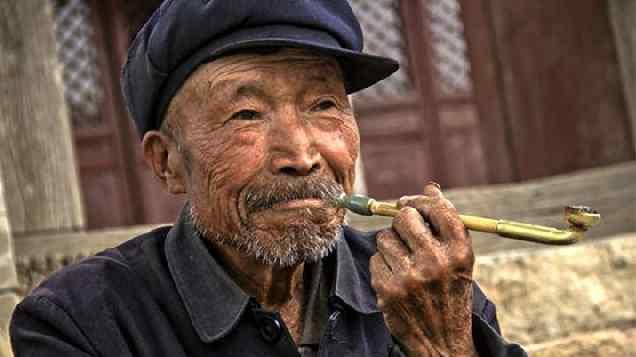 老人去世大便的预示 老人临终前大便的原因 有留财的说法