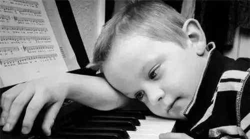 学钢琴的最晚年龄 孩子多少岁适合学钢琴,女孩学钢琴最佳年龄是多少?