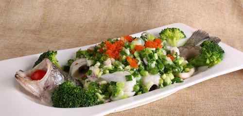 菠菜和鱼能一起吃吗 鲈鱼和菠菜能一起吃吗 鲈鱼与什么食物相克
