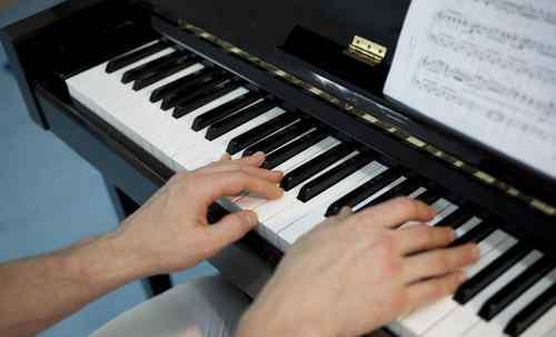 钢琴有多少个琴键 钢琴有多少个琴键?为什么钢琴有两种琴键