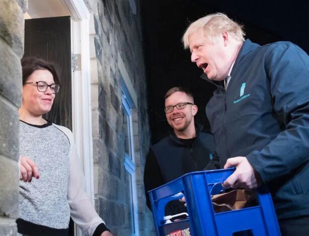 【聚焦】英首相给居民送奶 为拉选票可谓使出浑身解数