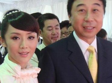 冯巩现任妻子图片曝光 老婆艾慧比冯巩小几岁
