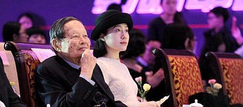 杨振宁与妻子现身 翁帆爸娶杨振宁孙女是真是假