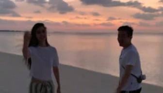 【热议】baby晒与陌生男子海滩漫步照 baby绝口不提黄晓明是因为婚变了吗