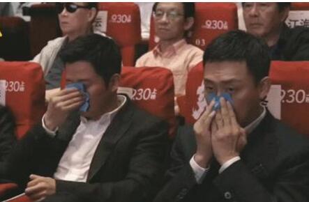 【围观】吴京张译用吸油纸的样子引热议 吴京150亿票房告诉张译哪也不去什么梗