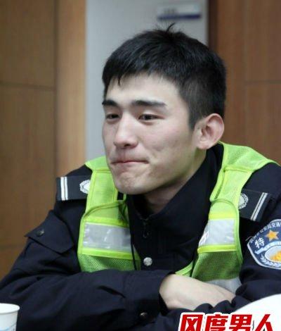 杭州最帅交警走红网络 婉拒女粉丝合影要求
