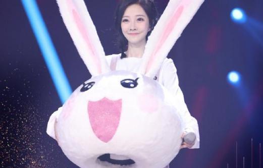 蒙面唱将小了白了兔是她 冯提莫160万被会计草是真的吗?
