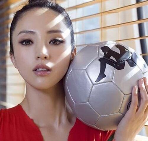 足球女神网络爆红 珠元宝真名叫朱峰童颜巨乳超苍井空