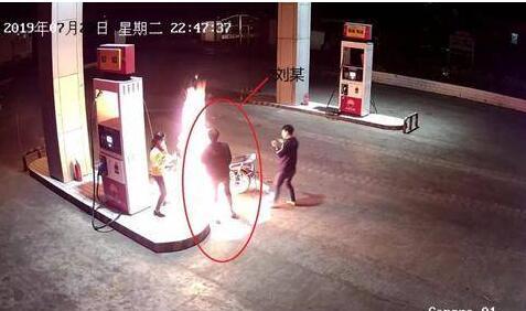 【疯了】醉男加油站点燃摩托 醉酒男将会面临什么处罚?