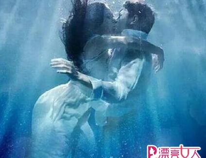 星动态:李嘉雯金瀚在水中接吻 疑两人暗度陈仓欲偷食禁果