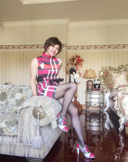 【图文】60岁刘晓庆穿黑丝秀美腿 美貌不输30岁少妇
