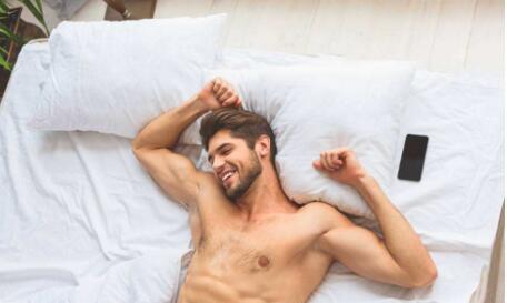 尺度大!男子赤裸躺酒店床上被保洁大姐闯进看光 觉得亏了要求赔偿