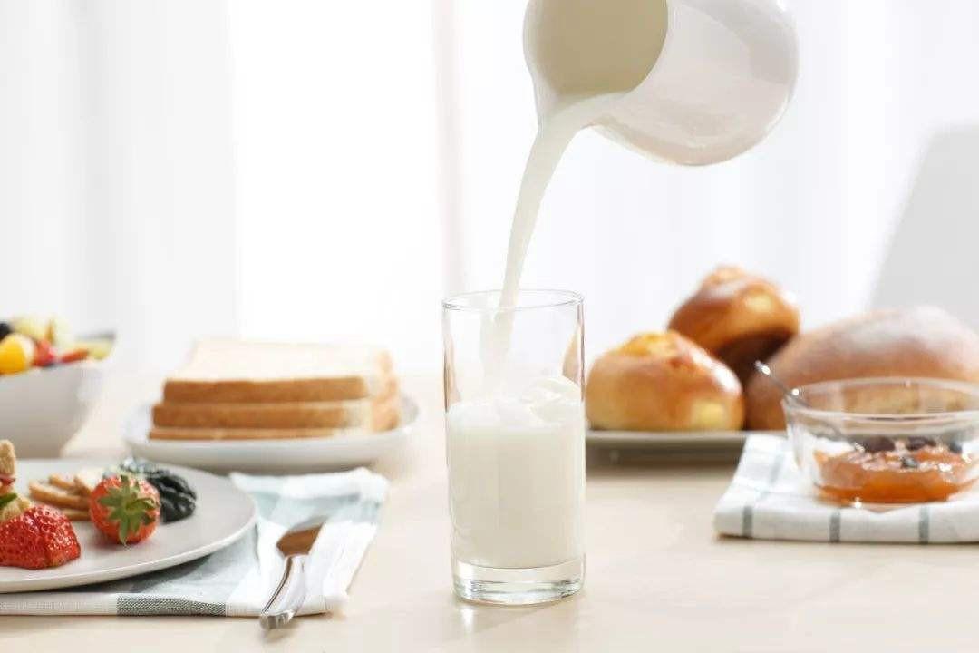睡前一杯牛奶的坏处 睡前一杯牛奶的好处是什么