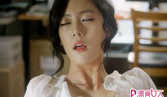 星热点:李成敏抖胸示范性产品使用方法 辣眼睛!