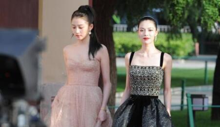 【耀眼】亚洲影视周开幕 沈月纱裙抢眼沈腾合照表情上热搜