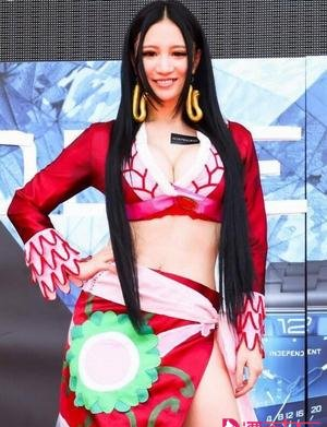 """星动态:林采缇COS女帝高清大图  史上最""""胸""""女帝"""
