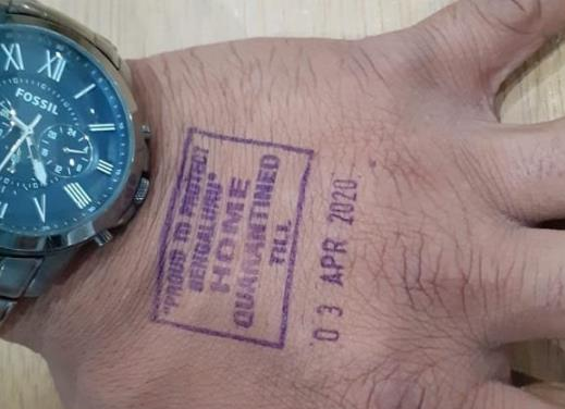 【关注】印度给需隔离乘客手上盖戳 标注隔离结束日期
