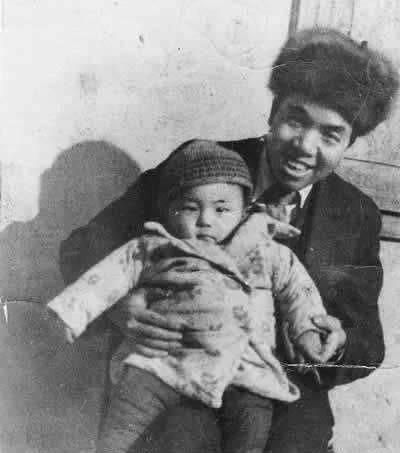 毛泽东最疼爱的侄子毛远新今何在?手拄拐杖,头发花白,令人心酸