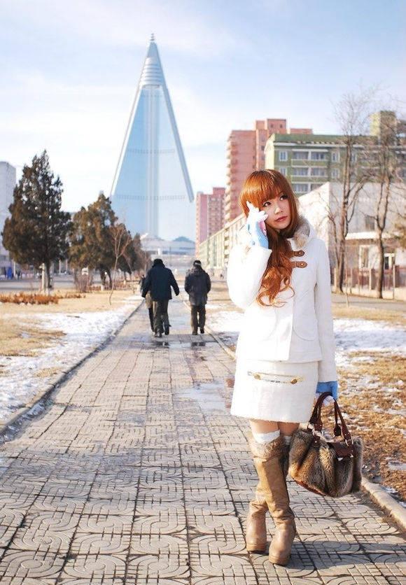 游客探寻世界第一烂尾楼——朝鲜平壤柳京饭店