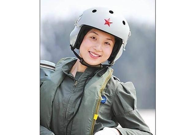 那是空军著名靓女飞行员,擅长驾驶歼击机,还是神八后备航天员