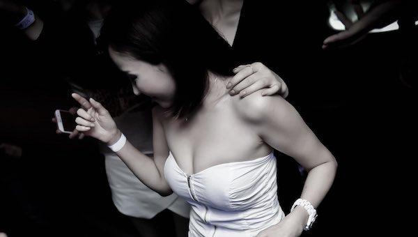 自来熟的女人心理 她天生友好只不过你没注意