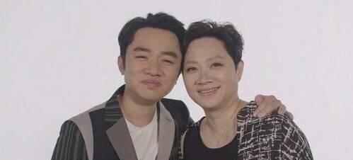 爱豆们的合照,王祖蓝和妈妈相似度90%,最后这位超过了他