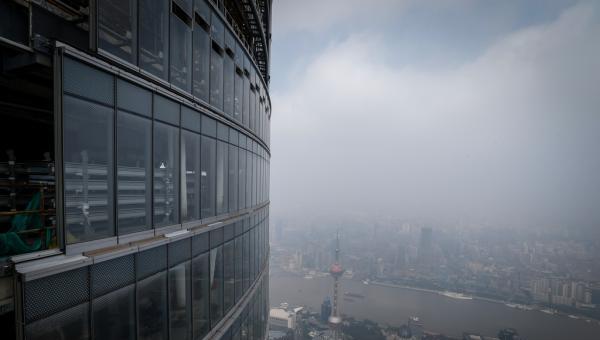 历时两年多,632米高上海中心大厦主楼玻璃幕墙终于装好了
