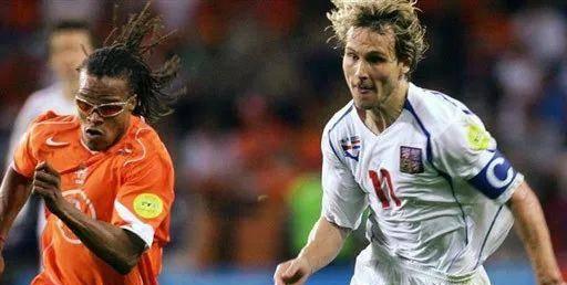 04年欧洲杯的这场比赛堪称对攻战的代表作!