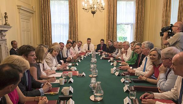 特雷莎新设三个部长级委员会自任主席,阁僚大换血仅5人留任