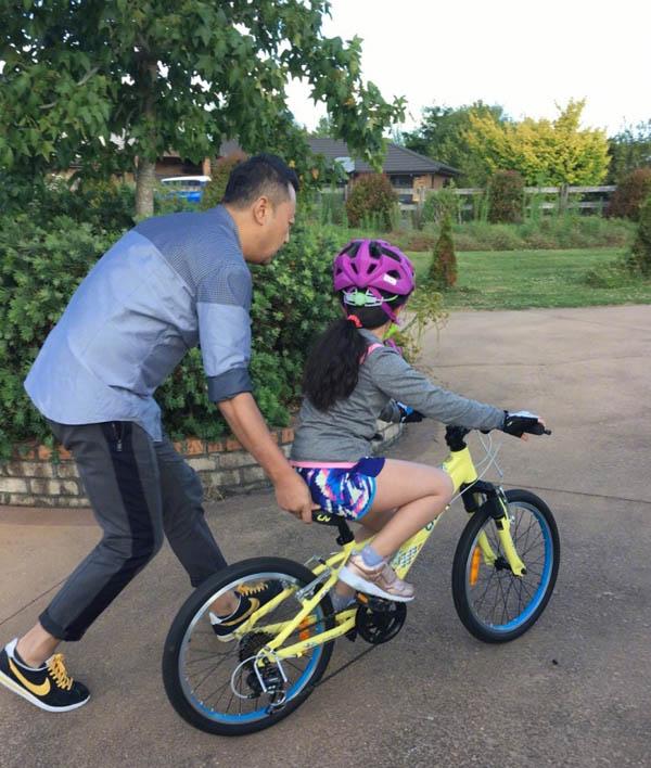 【图】郭涛妻子晒郭涛陪女儿骑车照片 温馨时刻尽显无疑