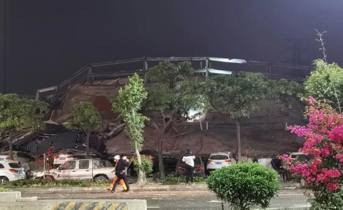 突发!福建泉州一宾馆倒塌,约70人被困!已救出28人,现场画面曝光