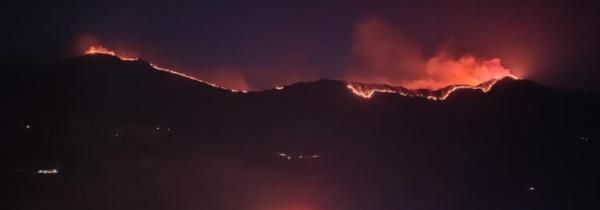 四川木里发生森林火灾,目击者称可见延绵明火,火势较大