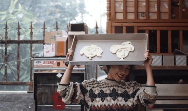 广东女孩辞职当面包师,把面包做成头像、名画、乳房