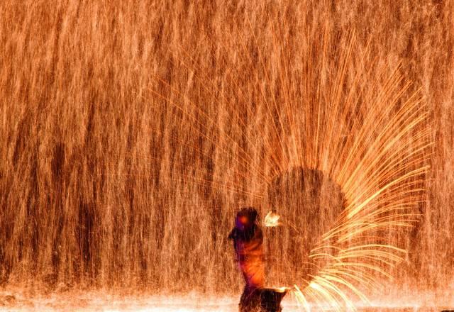 1600多度的铁水泼到墙上,火树银花迷倒数万观众,表演艺人一身伤