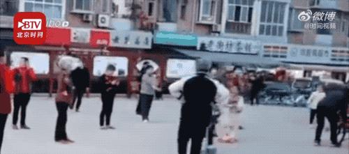 广场舞大妈故意绊倒5岁男童, 致其面部着地!