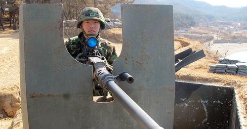 韩国军人突然向朝鲜一侧开枪,部队解释:滑倒致失误碰到枪栓