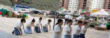 贵州一公司员工集体路边磕头,跪拜感谢?总监回应:公司文化