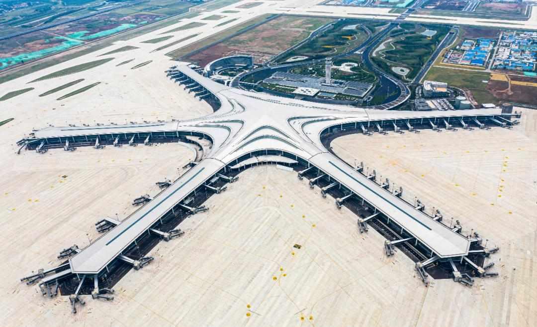 """青岛胶东国际机场竣工!能同时停靠4架空客A320 的""""飞机4S店""""长啥样?跟记者来打卡→"""