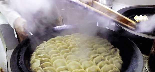 上海人吃锅贴,老讲究滴