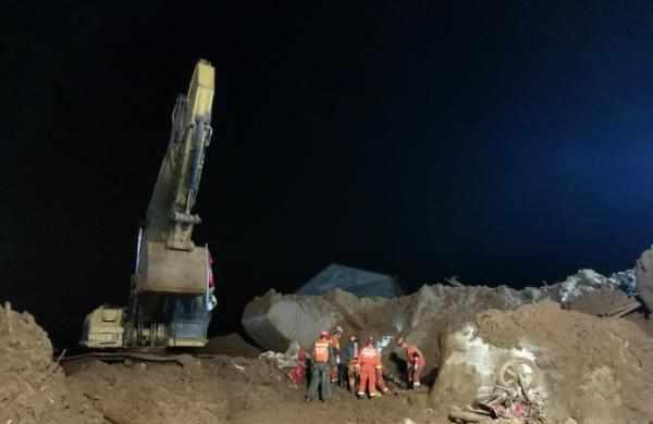 湖北黄梅山体滑坡致9人被埋,已搜救出第7、8名被困者