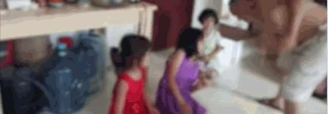 全网追查!3名女孩被一男子用衣架暴打到跪地求饶,哭喊声令人心碎