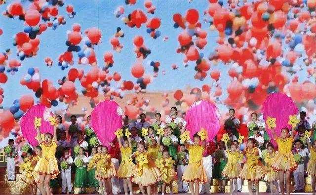 2000人月光下狂欢!北京小学大兴分校用最炫酷的方式过六一!| 播报