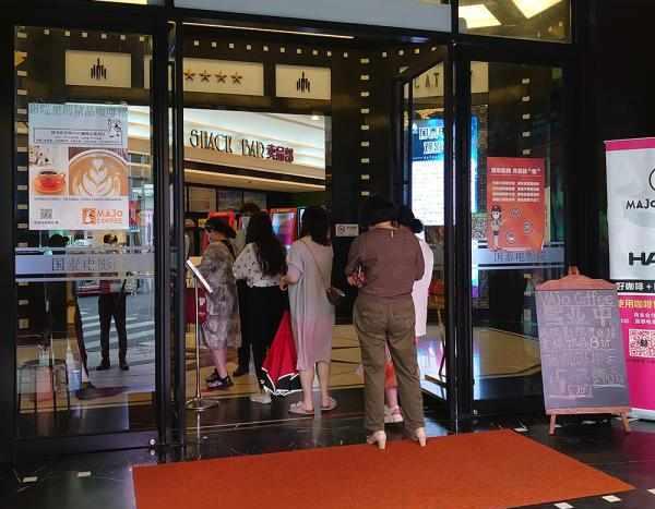 直击上海国泰电影院重启首日:影迷早早赶来,加映一场