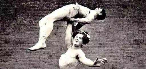 19世纪女大力士一次举3个男人 用力秀肌肉跟PS过的一样
