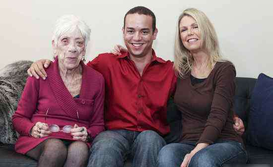 91岁女友 美31岁男子与91岁女友相恋  携母亲合拍温馨照