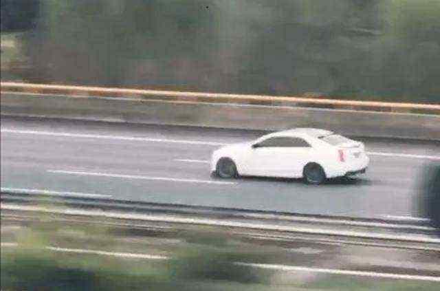 凯迪拉克追高铁事件,为炫耀豪车动力的广告!